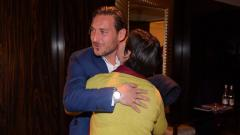 Indosport - Fransesco Totti saat bertemu penggemarnya yang memiliki keterbatasan fisik.