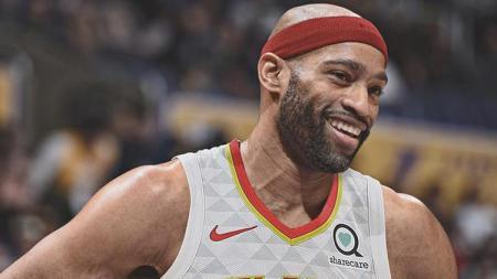 Vince Carter memilih kembali membela Atlanta Hawks pada musim terakhirnya di NBA. - INDOSPORT