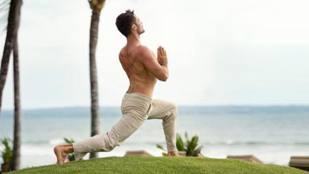 Yoga merupakan salah satu olahraga ringan yang bisa dilakukan saat ngabuburit. - INDOSPORT