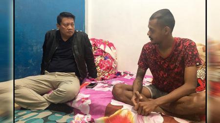 Krishna Murti menemui penyerang PSMP Mojokerto Putra, Krisna Adi Darmatama. - INDOSPORT
