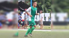 Indosport - Gelandang Persipura Jayapura, Muhammad Tahir saat memperkuat Tim sepak bola lokal Tunas Muda Hamadi
