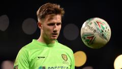 Indosport - Lawan Chelsea di Carabao Cup, kiper Barnsley bernama Bradley Collins akui punya utang budi.