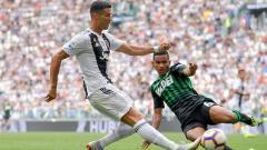 Indosport - Rogerio (kanan) saat mencoba menjegal Cristiano Ronaldo.