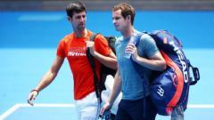 Indosport - Novak Djokovic (kiri) bersama Andy Murray saat sesi latihan Australia Terbuka 2019
