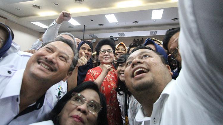Menteri Kesehatan, Nila Farid Moeloek berfoto bersama anggota dan staf sebelum memulai jumpa pers di Gedung Kemenkes, H.R.Rasuna Said, Jakarta, Kamis (10/1/2019). Copyright: Muhammad Nabil/INDOSPORT