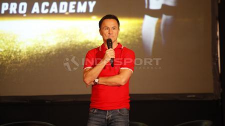 Dennis Wise mengakui tertarik untuk kembali merekrut Fernando Pamungkas ke dalam program Garuda Select jilid 3 di Inggris. - INDOSPORT