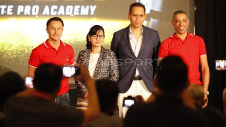 Jumpa pers acara Garuda Select Elite Pro Academy yang dihadiri Ratu Tisha dan legenda Chelsea, Dennis Wise. - INDOSPORT