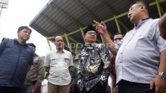 Indosport - Diskusi kecil antara manajemen Arema FC bersama Sutiaji, Wali Kota Malang saat menghadiri latihan tim di Stadion Gajayana.