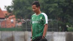 Indosport - Djadjang Nurdjaman memimpin latihan perdana Persebaya Surabaya di Lapangan Jenggolo, Sidoarjo. Kamis (10/1/19).
