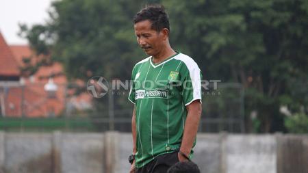 Djadjang Nurdjaman memimpin latihan perdana Persebaya Surabaya di Lapangan Jenggolo, Sidoarjo. - INDOSPORT