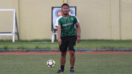 Rudy Eka Priyambada saat menjabat pelatih fisik Persebaya Surabaya. - INDOSPORT