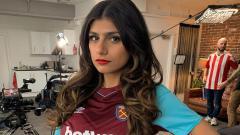 Indosport - Mia Khalifa kenakan jersey West Ham United,