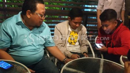 Evan Dimas, Andik Vermansah ditemani agen Mulyawan Munial saat bertemu Bonek. Kamis (10/01/19). - INDOSPORT