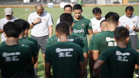 Pelatih, pemain, dan ofisial Timnas Indonesia U-22 melakukan doa usai selesai melakukan latihan di Lapangan B GBK Senayan, Jakarta.