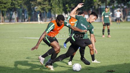 Hanif Sjahbani (tengah) berebut bola dengan Marinus Wanewar.