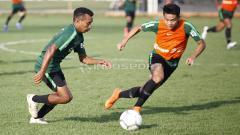 Indosport - Todd Rivaldo Ferre mendrible bola dibayangi Samuel Simanjuntak.
