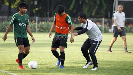 Pelatih Indra Sjafri memberikan arahan langsung kepada pemainnya.