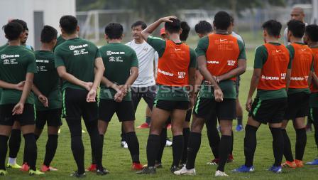 Para pemain Timnas U-22 mendengarkan arahan pelatih Indra Sjafri sebelum memulai latihan.