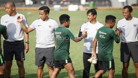 Budaya baru skuat Timnas U-22, dimana para pemain menyalami tim pelatih, ofisial, dan satu sama lain usai lakukan latihan.