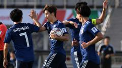Indosport - Yuya Osako melakukan selebrasi bersama rekan satu timnya pada laga Piala Asia grup F melawan F Turkmenistan di Al Nahyan Stadium.