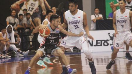 Dua pemain NSH Jakarta fokus kawal pemain Stapac Jakarta yang tengah membawa bola - INDOSPORT