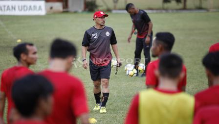 Asisten pelatih Persija Jakarta, Mustaqim masih memimpin latihan sambil menunggu pelatih Anyar Macan Kemayoran tiba.