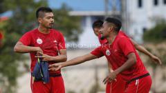 Indosport - Interaksi dua pemain senior Persija Jakarta, Bambang Pamungkas dan Ramdani Lestaluhu.