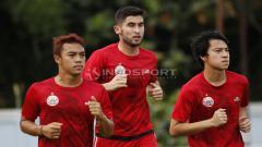 Indosport - Pemain anyar Persija, Jakhongir Abdumuminov melakukan joging dengan dua rekannya dalam latihan. Sebelumnya pemain asal Uzbekistan ini telah melalui serangkaian tes medis dan tanda tangan kontrak.