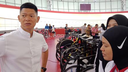 Ketua Umum Ikatan Sport Sepeda Indonesia (ISSI), Raja Sapta Oktohari hadiri hari ketiga pertandingan Balap Sepeda ATC 2019, Jumat (11/01/19). - INDOSPORT