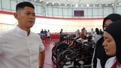 Indosport - Ketua Umum Ikatan Sport Sepeda Indonesia (ISSI), Raja Sapta Oktohari hadiri hari ketiga pertandingan Balap Sepeda ATC 2019, Jumat (11/01/19).