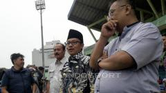 Indosport - Wali Kota Malang, Sutiaji saat hadir dalam latihan Arema FC.