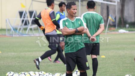 Djadjang Nurdjaman memimpin latihan perdana Persebaya di Lapangan Jenggolo, Sidoarjo. Kamis (10/1/19). - INDOSPORT