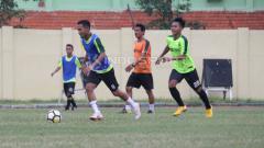 Indosport - Persebaya Surabaya berlatih tanding dengan Persebaya U-19 di Lapangan Jenggolo, Sidoarjo. Kamis (10/1/19).