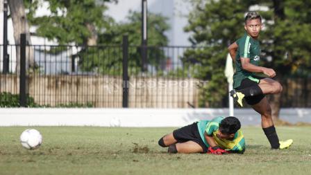 Osvaldo Haay (kanan) gagal melewati kiper Hilman Syah saat internal game Timnas Indonesia U-22.