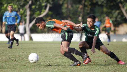 Sani Rizki Fauzi (kanan) saat melakukan penjagaan ketat kepada rekannya pada internal game Timnas Indonesia U-22.