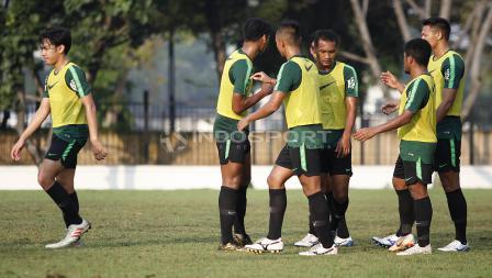 Selebrasi tim rompi kuning usai mengalahkan tim rompi orange pada internal game Timnas U-22.