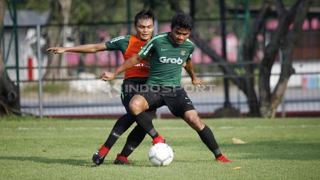 Duel antara Asnawi Mangkualam (kanan) dengan Rachmat Irianto. - INDOSPORT