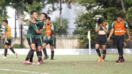 Kegembiraan Sani Rizki Fauzi dengan Dimas Drajad usai cetak gol ke gawang tim rompi orange.