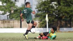 Indosport - Aksi Osvaldo Haay (kiri) mencoba melewati kiper Hilman Syah.