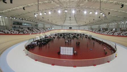 View Jakarta International Velodrome dari dalam.