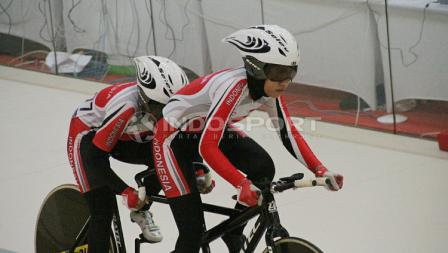 Tim balap sepeda putri Indonesia berlaga dalam berlaga dalam Paracycling B 3000m Individual Pursuit Putri di Jakarta International Velodrome.