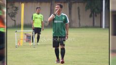Indosport - Djadjang Nurdjaman langsung memimpin latihan Persebaya di Lapangan Polda Jatim. Sabtu (12/1/19).