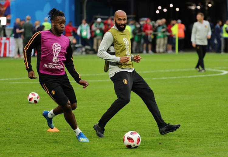 Michy Batshuayi (kiri) dan Thierry Henry saat latihan bersama di Timnas Belgia. Copyright: INDOSPORT