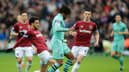 Duel pemain West Ham United vs Arsenal. - INDOSPORT