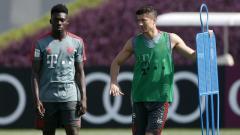Indosport - Alphonso Davies, rekrutan anyar Bayern Munchen bersama striker seniornya, Robert Lewandowski.