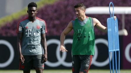 Alphonso Davies (kiri) mencetak rekor mencengangkan usai membawa Bayern Munchen melaju ke final Liga Champions 2019/20. - INDOSPORT