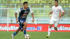 Indosport - Salah satu aksi Dendi Santoso bersama Arema FC.
