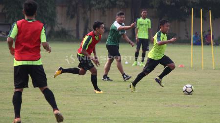 Pelatih fisik Rudy Eka Priyambada memimpin latihan pramusim Persebaya. - INDOSPORT