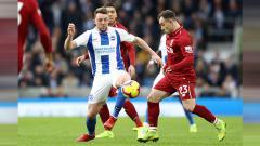 Indosport - Perebutan bola di lini tengah antara Xherdan Saqiri (kanan) dengan pemain Brighton