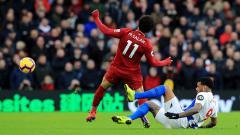 Indosport - Mohamed Salah ditekel dari belakang oleh pemain tuan rumah